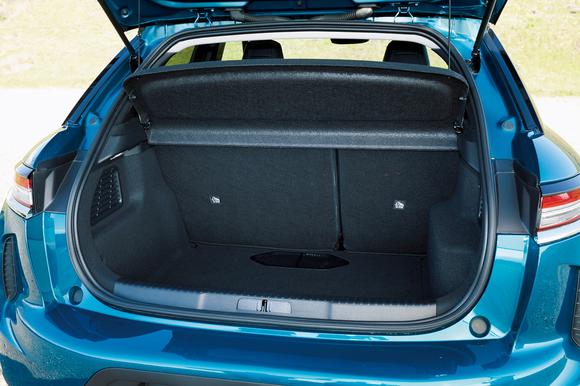 5名乗車時の荷室は350ℓ。Tクロスより小さいが、不足を感じることはないだろう。