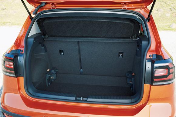5名乗車時の荷室容量は385ℓ。ポロよりも34ℓ、さらにゴルフよりも5ℓ大きい。このボディ・サイズを考えれば優秀だ。