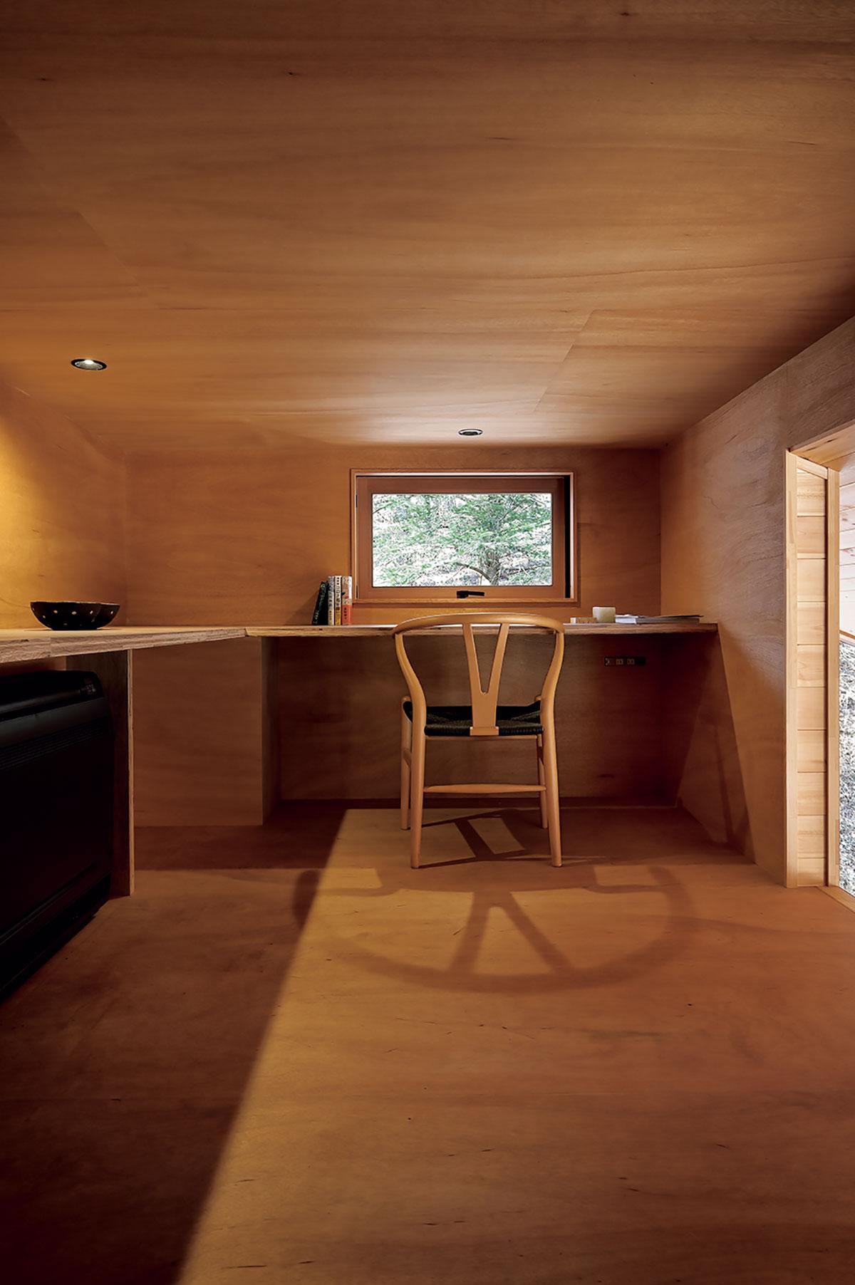天井高140cmのロフトは、この小屋で唯一籠れるスペース。