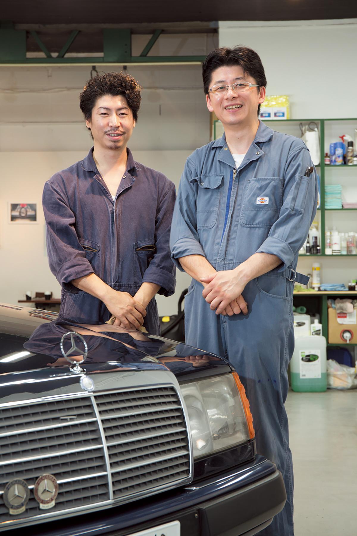 千葉ガレージ代表の千葉邦彦さん(右)と、スタッフの小黒涼介さん。センター・コンソールに敷いてあるカーペットのコーヒー染みまで抜いてくれた。 千葉ガレージ:東京都杉並区方南2-4-6 Tel.03-5913-7170  https://www.facebook.com/chibagarege