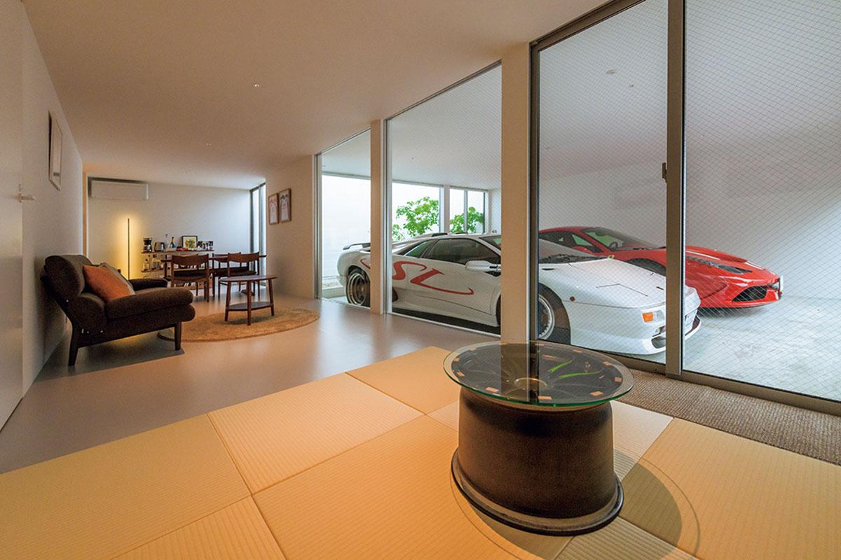 全面窓ガラスのリビング・ベッドルームから愛車を見る。