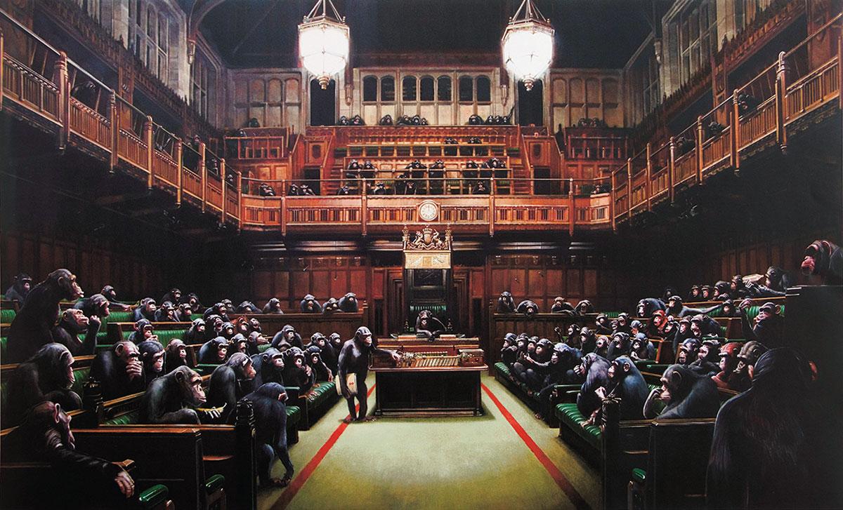 チンパンジーに乗っ取られた議会の様子を描いた作品で、民主主義のモデルとされたイギリス議会の凋落を皮肉を交えて描いたとされている。本展出品作は、2009年にブリストルで開催された企画展「Banksy vs Bristol Museum」で初公開された横幅約4メートルに及ぶ油彩画のポスター版。バンクシー《モンキー・パーラメント》Monkey Parliament2009年 個人蔵