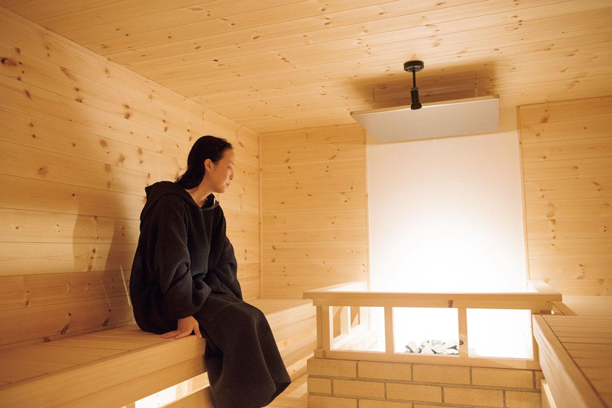 フォレストサウナでは、熱い石に水をかけて蒸気を発生させたフィンランド式ロウリュを体験。通常よりも低い天井で熱が回る。
