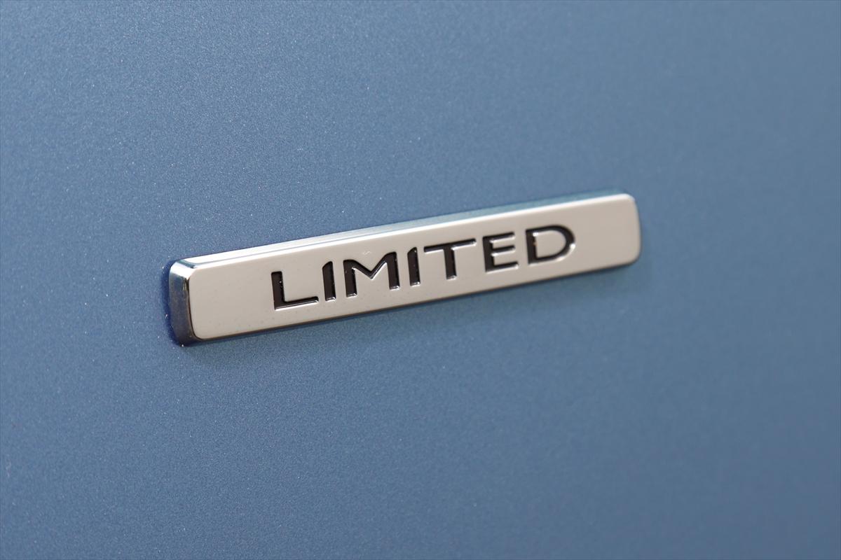 ドアにはリミテッド・ディーゼルMT専用のバッジが備わる。