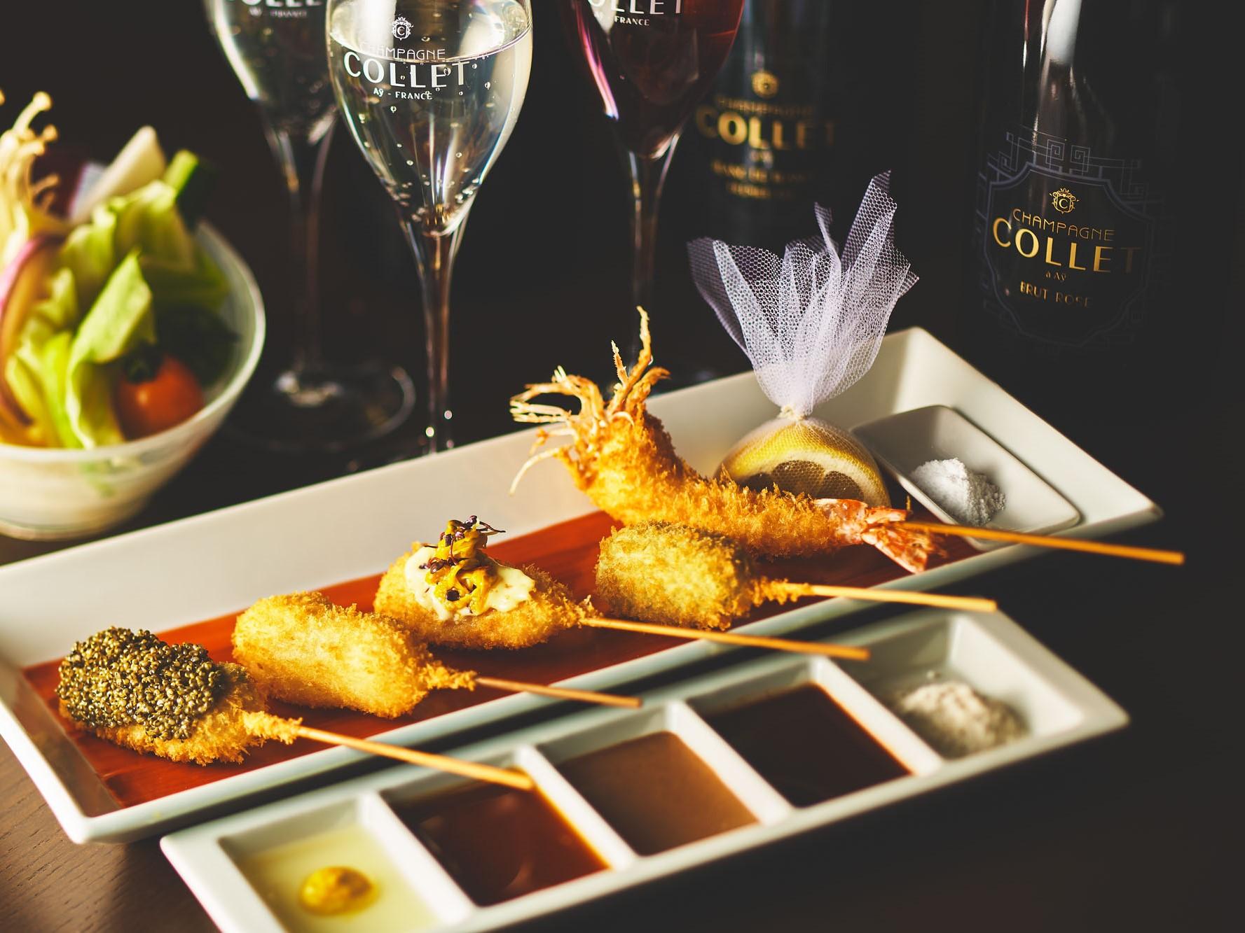 最高品質のシャンパン、COLLET(コレ)をバイ・ザ・グラスで合わせる。神楽坂店オープンを記念した特別コース(串揚げ15本にシャンパン3杯、または赤・白ワイン3杯)は7月末まで。1人1万8000円(税・サ込)。
