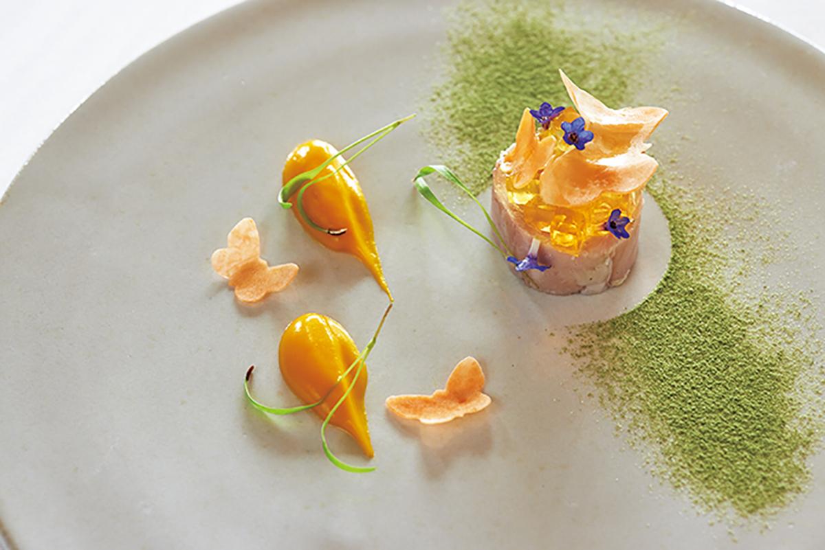 冷前菜「うさぎ 人参 土佐酢」は、山椒と土佐酢のゼリーがアクセント。