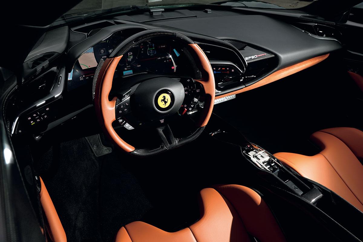 ドライバーが視線を動かすことなく運転に集中できるようにデザインされたインテリア。ステアリング・ホイール上のタッチ式スイッチを操作して必要な情報を液晶メーターに呼び出せる。