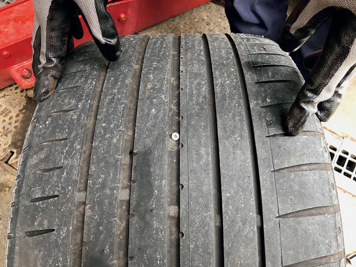手慣れたもので、タイヤを外して釘を見つけたら、それを抜いてドライバーを突っ込んで穴のカタチを整え、そこに接着剤を塗ったゴム製のパーツを突っ込んで、はみ出た部分を切ったら終了。