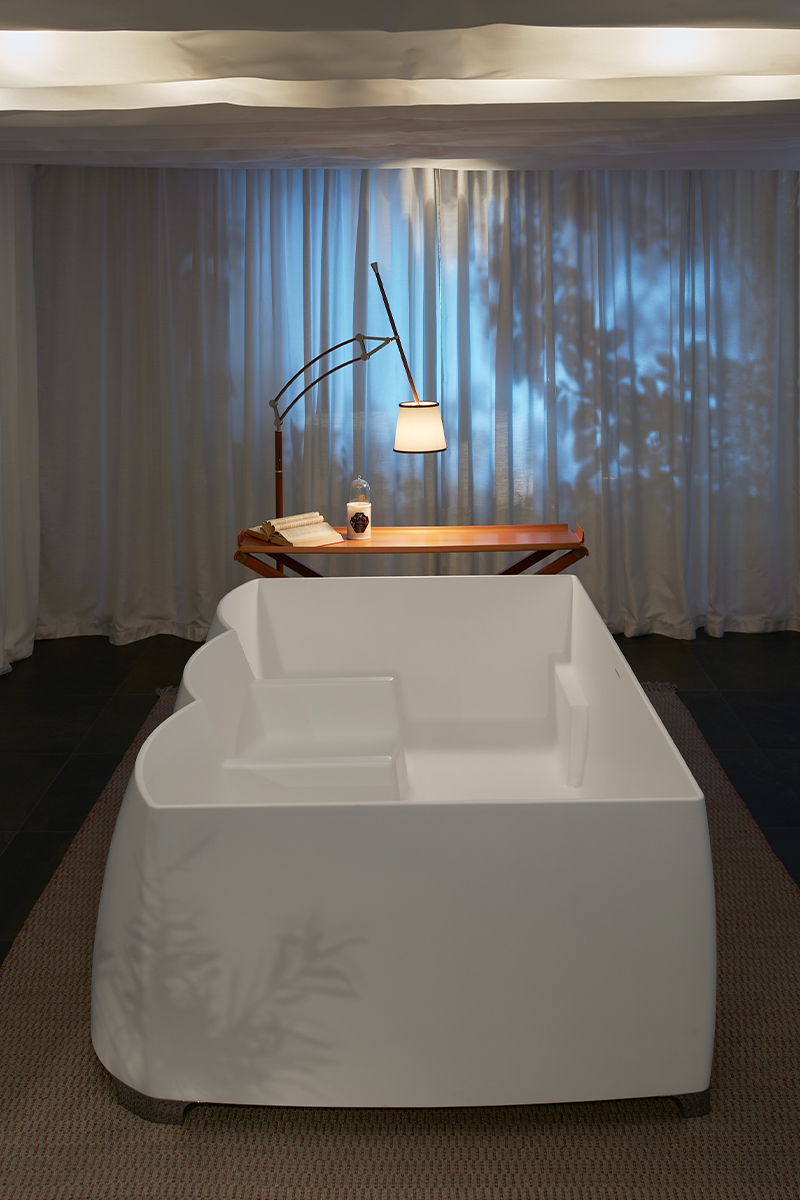 TT/1770/ Teatro    A grand sofa-like tub allows three people to be seated comfortably as if in a theater. Whether soaking your feet, basking in shallow water, or bathing in deep water, relaxing moments are guaranteed.