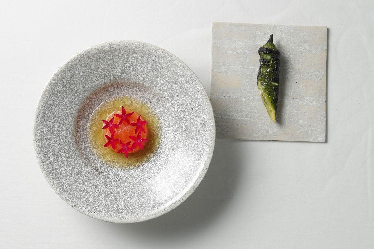 『THE UPPER』徳島亨シェフによる「岩手県 八幡平サーモン」は38度の低温でじっくり調理。右は万願寺とうがらし。