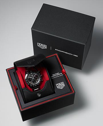 時計ボックスはブラックとレッドを基調としたロゴ入りのスペシャル版。内側の収納部は取り出してトラベルポーチとしても利用できる。